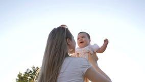 Movimento lento da mãe e da filha no por do sol do alargamento Conceito da família feliz vídeos de arquivo