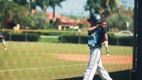 Movimento lento da massa que pratica antes de sua volta durante o jogo de basebol vídeos de arquivo