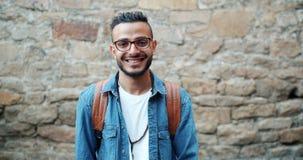 Movimento lento da posição de sorriso do estudante árabe atrativo fora apenas video estoque