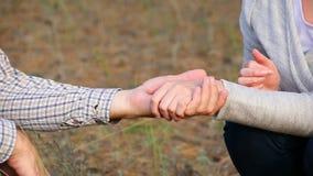 Movimento lento das mãos dos amantes, dos homens e das mulheres As mãos de um homem e de uma mulher são unidas em um único inteir filme