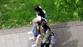Movimento lento das moças que andam no passeio no dia ensolarado vídeos de arquivo