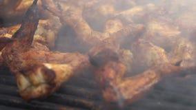 Movimento lento de cozinhar o assado com as asas de galinha deliciosas na carne grelhada vídeos de arquivo