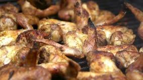 Movimento lento de cozinhar o assado com as asas de galinha deliciosas na carne grelhada video estoque