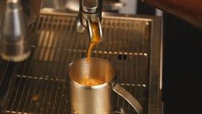 Movimento lento de derramamento do ins do café video estoque