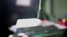 Movimento lento de gotas de escape da água da torneira video estoque