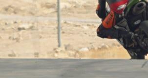 Movimento lento de motocicletas do esporte na alta velocidade durante uma raça vídeos de arquivo