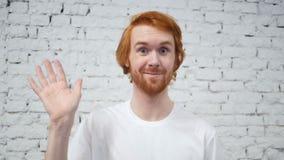 Movimento lento de olá! pelo homem da barba, mão de ondulação, boa vinda video estoque