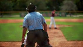 Movimento lento de uma batedura do jogador de beisebol durante um jogo video estoque