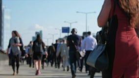 Movimento lento dei pendolari all'ora di punta stock footage