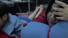 Movimento lento del ragazzo felice e della ragazza asiatici che giocano gioco sul computer della compressa insieme al fronte di s archivi video