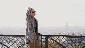 Movimento lento del turista femminile europeo felice in occhiali da sole che sorride alla macchina fotografica stock footage