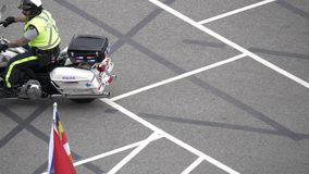 Movimento lento del volante della polizia con il lampeggiamento delle luci della sirena archivi video