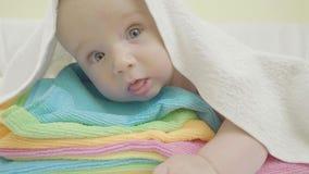 Movimento lento dell'infante fra gli asciugamani video d archivio