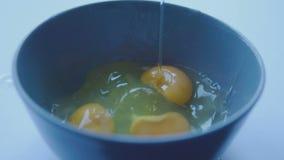 Movimento lento dell'uovo della rottura stock footage