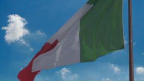 Movimento lento della bandiera tricolour nazionale di sbattimento dell'Italia nel fondo del cielo blu archivi video