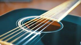 Movimento lento della corda di vibrazione sulla chitarra acustica Movimento lento video d archivio