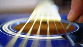 Movimento lento della corda di vibrazione sulla chitarra acustica Movimento lento archivi video