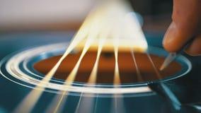 Movimento lento della corda di vibrazione sulla chitarra acustica Movimento lento stock footage