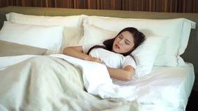 Movimento lento della donna con il dolore di stomaco sul letto stock footage