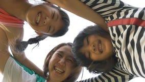 Movimento lento della famiglia asiatica felice con fondo bianco archivi video