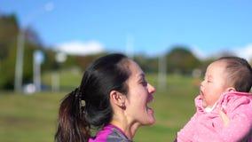 Movimento lento della madre e del bambino asiatici all'aperto archivi video