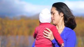 Movimento lento della madre e del bambino asiatici all'aperto in un parco stock footage