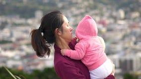Movimento lento della madre e del bambino asiatici su una collina archivi video