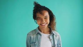 Movimento lento della ragazza afroamericana graziosa con capelli ricci che fluttuano in vento archivi video