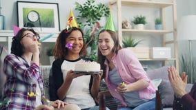 Movimento lento della torta di compleanno di salto delle candele della donna afroamericana con gli amici video d archivio
