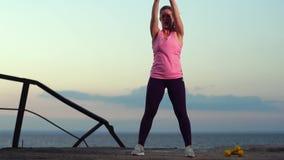 Movimento lento - desportista que dá certo na praia vídeos de arquivo