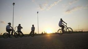 Movimento lento di giovane motociclista del ciclista che fa guida inversa di salto e che accende la sua bici che esercita i trucc video d archivio