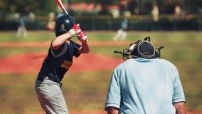 Movimento lento di pastella che colpisce palla e funzionamento a in primo luogo durante il gioco di baseball stock footage