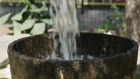 Movimento lento di riempimento 4k del colpo medio dei secchi del pozzo d'acqua stock footage