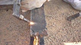 Movimento lento di taglio del ferro con la torcia del gas sul lavoro nel cantiere archivi video