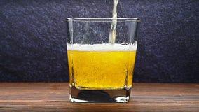 Movimento lento di versamento della bevanda fresca della soda per foggiare a coppa vicino su video d archivio