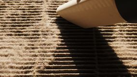 Movimento lento do aspirador de p30 que limpa o filtro de ar sujo vídeos de arquivo