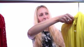 Movimento lento do córrego da montanha vídeos de arquivo