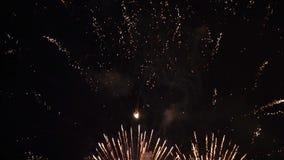 Movimento lento do c?u noturno colorido dos fogos de artif?cio video estoque