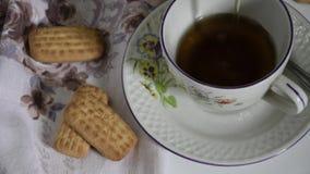 Movimento lento do chá de derramamento na caneca filme