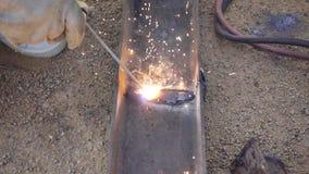 Movimento lento do ferro do soldador no trabalho no canteiro de obras filme