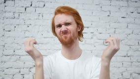 Movimento lento do homem da barba virado pela perda ao trabalhar no escritório vídeos de arquivo