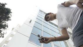 Movimento lento do jogador do adolescente do kendama que tenta fazer um truque complicado com o brinquedo - vídeos de arquivo