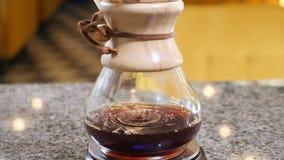 Movimento lento do método moderno da fabricação de cerveja do café Cafetaria ocupada feche acima da fatura do café Gotas do café  video estoque