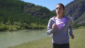Movimento lento Donna del yYoung di sport di salute che pareggia nel tramonto video d archivio