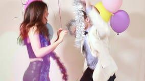 Movimento lento dos pares felizes que têm a grande dança do tempo na cabine da foto video estoque