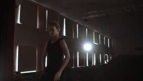 Movimento lento: Elementos de dança da bailarina graciosa nova diligente do balé clássico na obscuridade com luz e fumo sobre video estoque