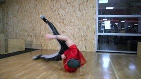 Movimento lento FDV do dançarino à terra do hip-hop vídeos de arquivo