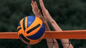 """Movimento lento, fine su, angolo basso: mani della giovane femmina irriconoscibile """"che giocano pallavolo alla rete Giocatore off archivi video"""