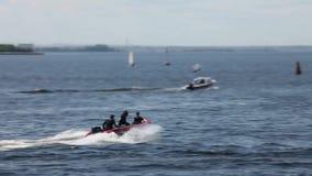Movimento lento gonfiabile rigido della barca archivi video