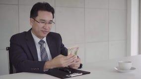 Movimento lento - homem de negócios que assina um acordo home do contrato e da verificação Homem de negócios que dá o dinheiro ao video estoque